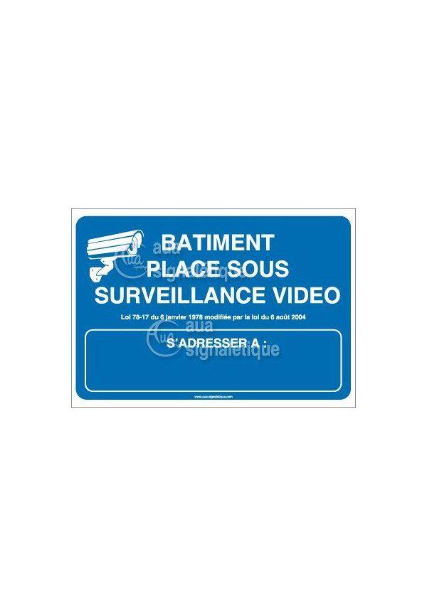 Panneau bâtiment placé sous surveillance vidéo